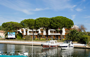 Holiday rental next to the sea : Carre Marine residence at Cannes Mandelieu-la-Napoule on the French Riviera in Alpes Maritimes